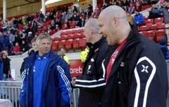 IFK Göteborgs trener Arne Erlandsen (t.v.) hilser på Branns trener Mons Ivar Mjelde (t.h.) før starten på Royal League-kampen mellom de to lagene. (Foto: Marit Hommedal / SCANPIX)