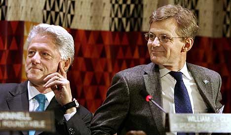 Tidligere president Bill Clinton og FNs Jan Egeland ønsker private bedrifter med på laget for å gjenoppbygge landene som ble rammet av flodbølgen 2. juledag. Foto: AP/Scanpix.