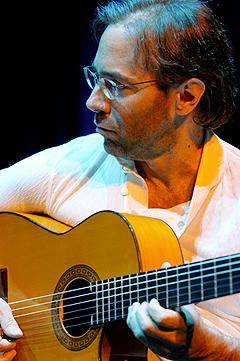Al Di Meola summerer opp 30 år som gitarvirtuous i én konsert. Foto: Promo.