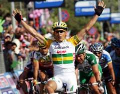 Robbie McEwen jubler over seieren på 6. etappe. (Foto: AP/Scanpix)