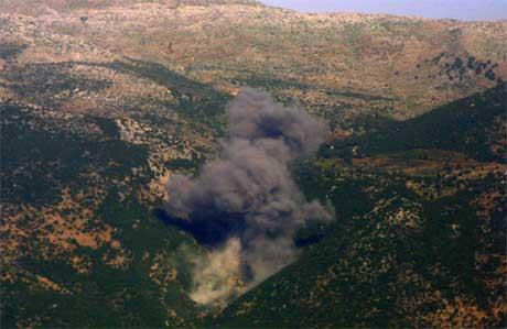 Svart røyk stig opp frå bakken etter eit israelsk angrep mot Sør-Libanon. (Foto: AP/scanpix)