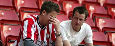 To skuffede Southampton-supportere etter at nedrykket var klart. (Foto: AP/Scanpix)