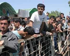 KORASUV: Det er nye uroligheter i Usbekistan, og flere tusen prøver å flykte over grensa i grensebyen Korasuv, hvor innbyggerne nå har kontrollen. (Foto:REUTERS/Vladimir Pirogov)
