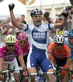 Alessandro Petacchi jubler i det han vinner spurten på 9. etappe. (Foto: AFP/Scanpix)