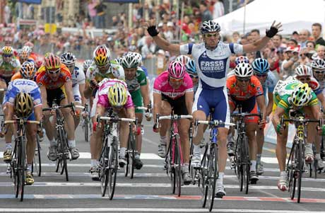 Alessandro Petacchi vinner spurten på 9. etappe. (Foto: AFP/Scanpix)