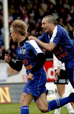 Jan Derek Sørensen blir gratulert av Mounir Hamoud etter 1-0-målet. (Foto: Jarl Fr. Erichsen / SCANPIX)
