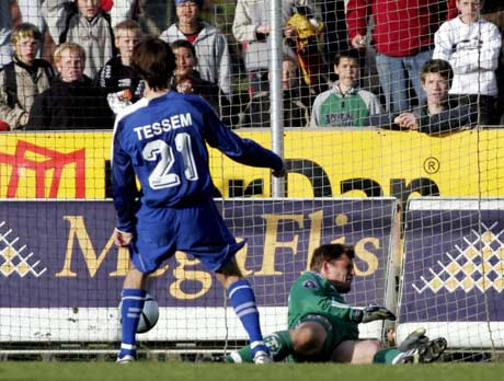 Erik Holtan, kan ikke hindre at Jo Tessem gir Lyn ledelsen 2-0. (Foto: Jarl Fr. Erichsen / SCANPIX)