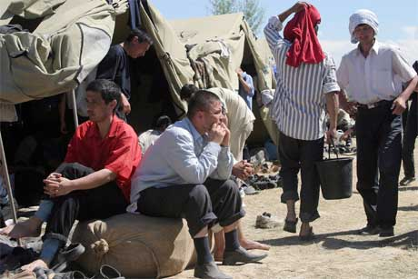 Mange usbekarar har flykta til nabolandet Kirgisistan, etter uroa før helga. (Foto: Reuters/Scanpix)