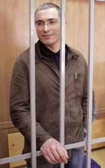 BAK LÅS OG SLÅ: Mikhail Khodorkovskij har gjennomlidd en klassisk russisk skjebne - fra den ytterste makt til den største avmakt. (Foto: AFP/Scanpix)