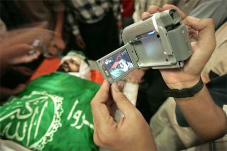 Den døde Hamas-medlemen blir filma av kameratar før gravferda i dag. (Foto: Reuters/Scanpix)