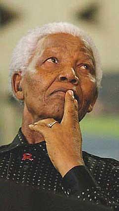 Nelson Mandela samler verdensstjerner til kamp mot hiv- og aidsepidemien i Tromsø lørdag kveld. Via radio og tv kan hele verden ta del i begivenheten. (Foto: Scanpix)