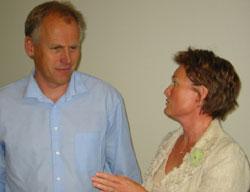 Ordfører Eivind Brenna er lei klagingen over dårlig kommune økonomi. Gro Lundby mener departementet for ofte fokuserer på det negative.