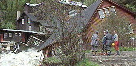 Flommen i 1995 gjorde store skader. Her fra et bolighus på Tretten.