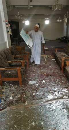 En imam ser på ødeleggelsene etter fredagens selvmordsaksjon mot en moské i Bagdad. (Foto: Reuters/Scanpix)