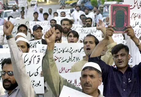 Oppslaget i Newsweek førte til voldsomme demonstrasjoner mot USA i mange muslimske land, her fra Pakistan. (Foto: AFP/Scanpix)