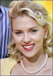 Scarlett Johansson debuterte som tiåring, og er som 21-åring vant å posere foran kamera. (Foto: Scanpix)