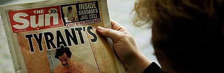 En mann i London leser dagens The Sun med det omstridte bildet på førstesiden. Foto: Dylan Martinez, Reuters