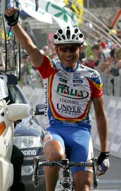 Ivan Parra jubler i det han krysser målstreken på 14. etappe. (Foto: AFP/Scanpix)