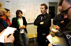 En betenkt Rosenborg-trener, Per Joar Hansen, snakker med pressefolk etter at trønderne spilte 1-1 mot Molde på Lerkendal søndag. (Foto: Geir Otto Johansen / SCANPIX)