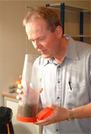 Programlederen lukter på jordprøver som dufter parfyme.
