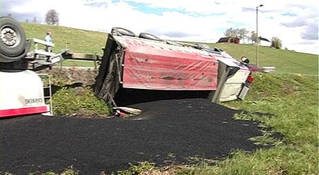 Store mengder asfalt ble liggende utover et jorde etter ulykken.