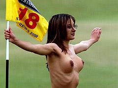 De få damene som springer nakne er helst modeller med kjøpte kroppsdeler. Foto: Jonathan Utz / EPA Photo AFP