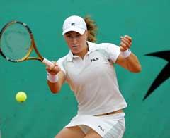Svetlana Kuznetsova slår en retur i kampen mot Mathilde Johansson. (Foto: AFP/Scanpix)