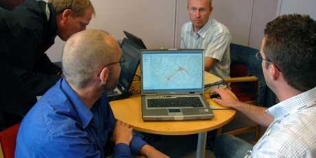Teamet som jobber med å finne smittekilden kryssjekker alle data (Foto: Goran Jorganovic, NRK)