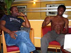 John Obi Mikel sammen med sin agent John Shittu på spillerhotellet i Paris. (Foto: Kjetil Elsebutangen / SCANPIX)