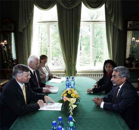 Kjell Magne Bondevik tok i dag imot statsministeren i Øst-Timor, Mari Alkatari, til arbeidslunsj i Oslo. (Foto: Scanpix / Tor Richardsen)