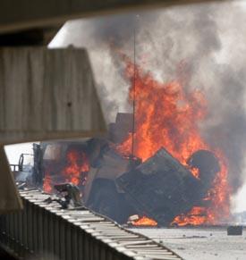 Et amerikansk militært kjøretøy brenner i Bagdad. (Foto : Reuters. T. Al-Sudani)