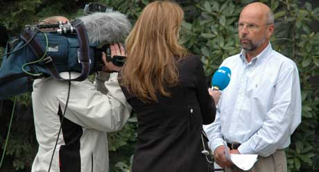 Leiv Kvale, viseadministrerende direktør ved sykehuset Østfold, blir intervjuet av NRK (Foto: Goran Jorganovic, NRK)