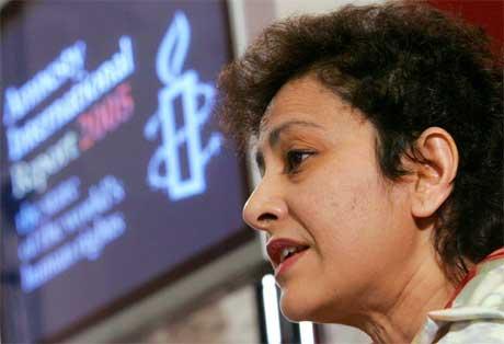 Amnestys Irene Khan la fram rapporten i London i dag.(Foto: AFP/Scanpix)