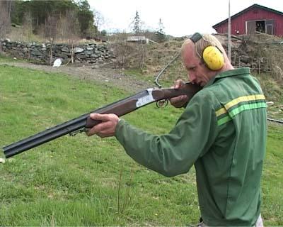 Erik Kristian Talleraas på Dovreskogen skyter jordrotter med hagle (Foto: NRK)