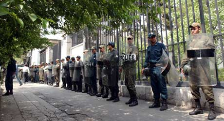 Iransk opprørspoliti beskytter den tyske ambassaden i Teheran mot demonstranter som støtter Irans atomprogram (Scanpix/AFP)