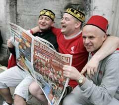 Også i Istanbul koste Liverpool-fansen seg med avisene. (Foto: AP/Scanpix)