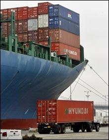 Mange leier containerplass for å få bilen hjem til Norge. (Foto: Scanpix)