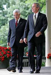 Bush og Abbas på vei inn til pressen (Scanpix/AP)