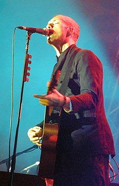 Coldplay, her på Roskilde i 2003, elsker å turnére. Men etter denne turnéen blir det pause for å konsentere seg om å lage plater. Foto: Jørn Gjersøe, nrk.no/musikk.