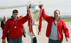 Stephen Gerrard og manager Rafael Benitez jublet da de kom hjem til Liverpool med pokalen torsdag. (Foto: AFP/Scanpix)