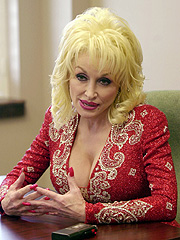 Countrystjerna Dolly Parton bruker parykk, og sier selv at hun aldri ville gått ut uten parykken sin. Foto: AP Photo/Peter Cosgrove