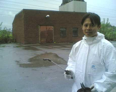 Lørdag startet NorKjemi rensing av kjøletårnet ved Hafsil AS i Sarpsborg. - Vi har måttet takke nei til mange bedrifter, sier Van Ha Doan ved NorKjemi i Fredrikstad. Foto: Lars Petter Brynildsen, NRK