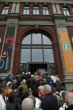 Gunnar Danbolt ville vi skulle bli med inn i den gamle børsbygningen. Foto: Arne Kristian Gansmo, NRK.