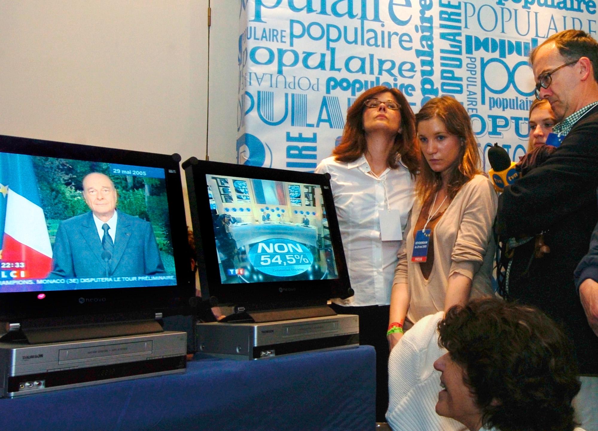 Nederlagsstemning under valgvaken til president Chiracs parti, UMP. (Foto: AP/Scanpix)