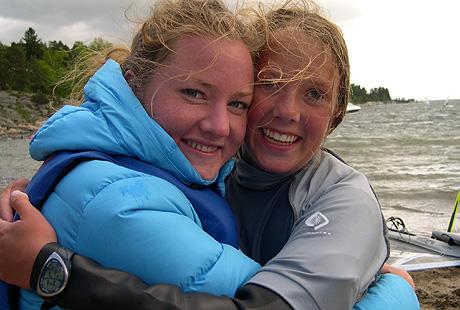 Katharina Wang-Hansen og Thea Kamilla Moholt skjønner ikke hvorfor ikke flere jenter driver med brettseiling. Foto: NRK