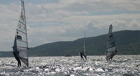 Å mestre bølger og vind er litt av moroa! Foto: NRK