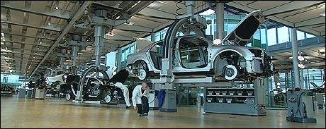 Jan Erik lar seg imponere av en av de råeste bilfabrikkene i Tyskland. (Foto: NRK)