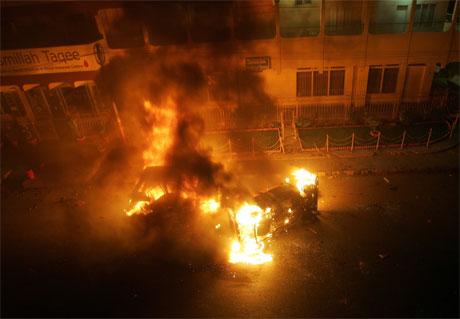 Etter åtaket på moskeen tok rasande sjiaer til gatene og sette fyr på bilar og bygningar. (Foto: Reuters/Scanpix)