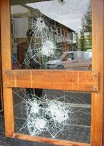 Alle vinduene i inngangspartiet var knust.(Foto: Vera Vold)