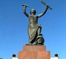"""Sveriges styggeste? Fredsstatuen i Karlstad ble oppført til femtiårsjubileet i 1955, og er kåret til """"Sveriges fulaste staty"""""""